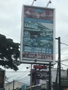 Dari arah kota Malang, belok kanan untuk masuk ke kompleks Grand Mutiara Regency